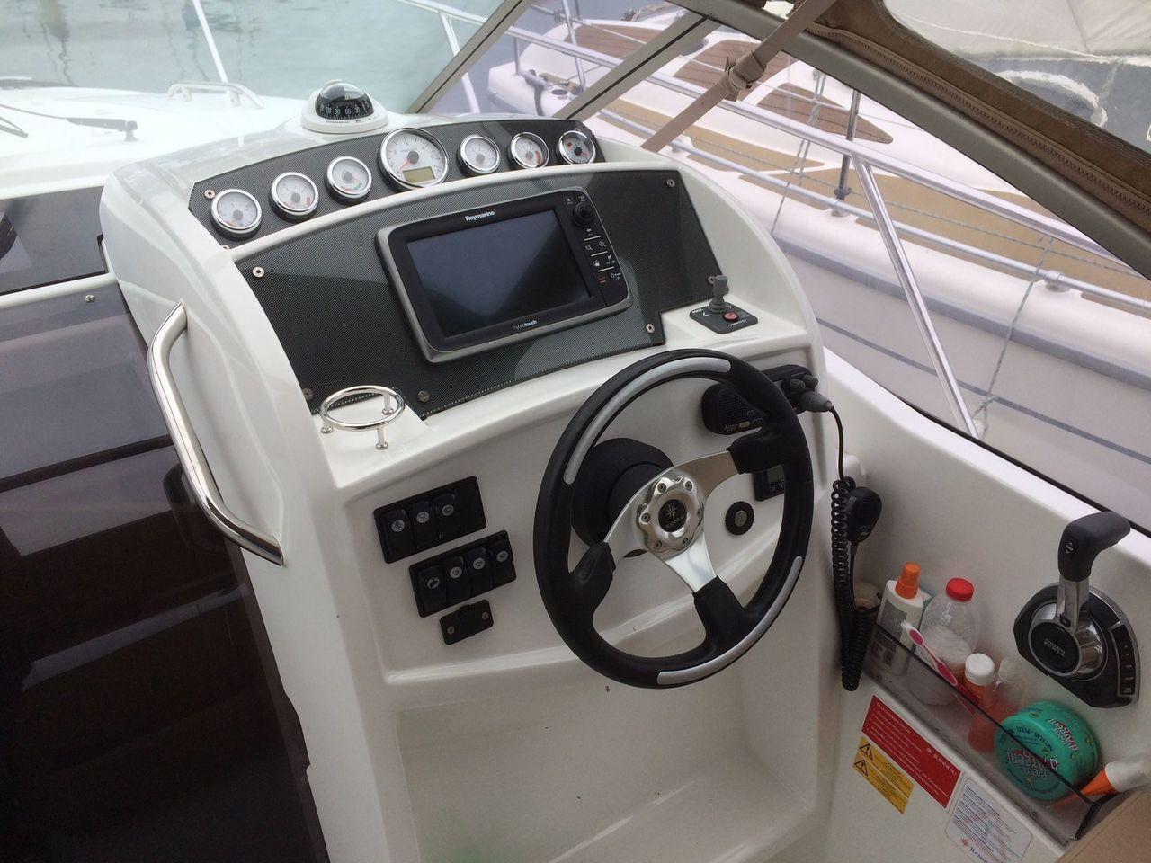 bateau inboard occasion jeanneau leader 8 en vente partir de 62 500 la baule nautic. Black Bedroom Furniture Sets. Home Design Ideas